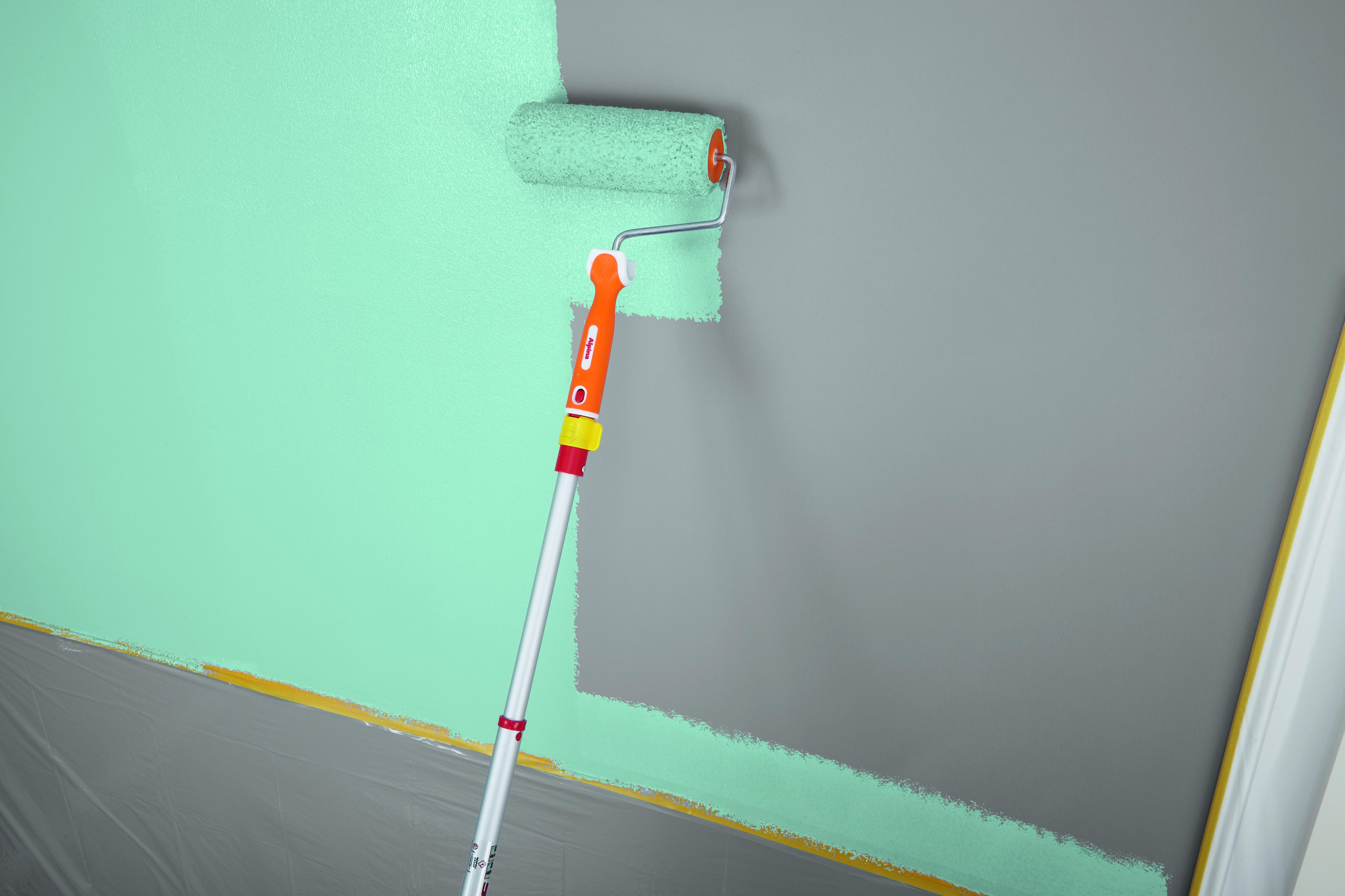 Noch Bevor Die Soeben Aufgetragene Farbe Angetrocknet Ist, Wird Der Rest  Der Wand Nass In Nass Mit Der Großen Farbrolle Gestrichen.