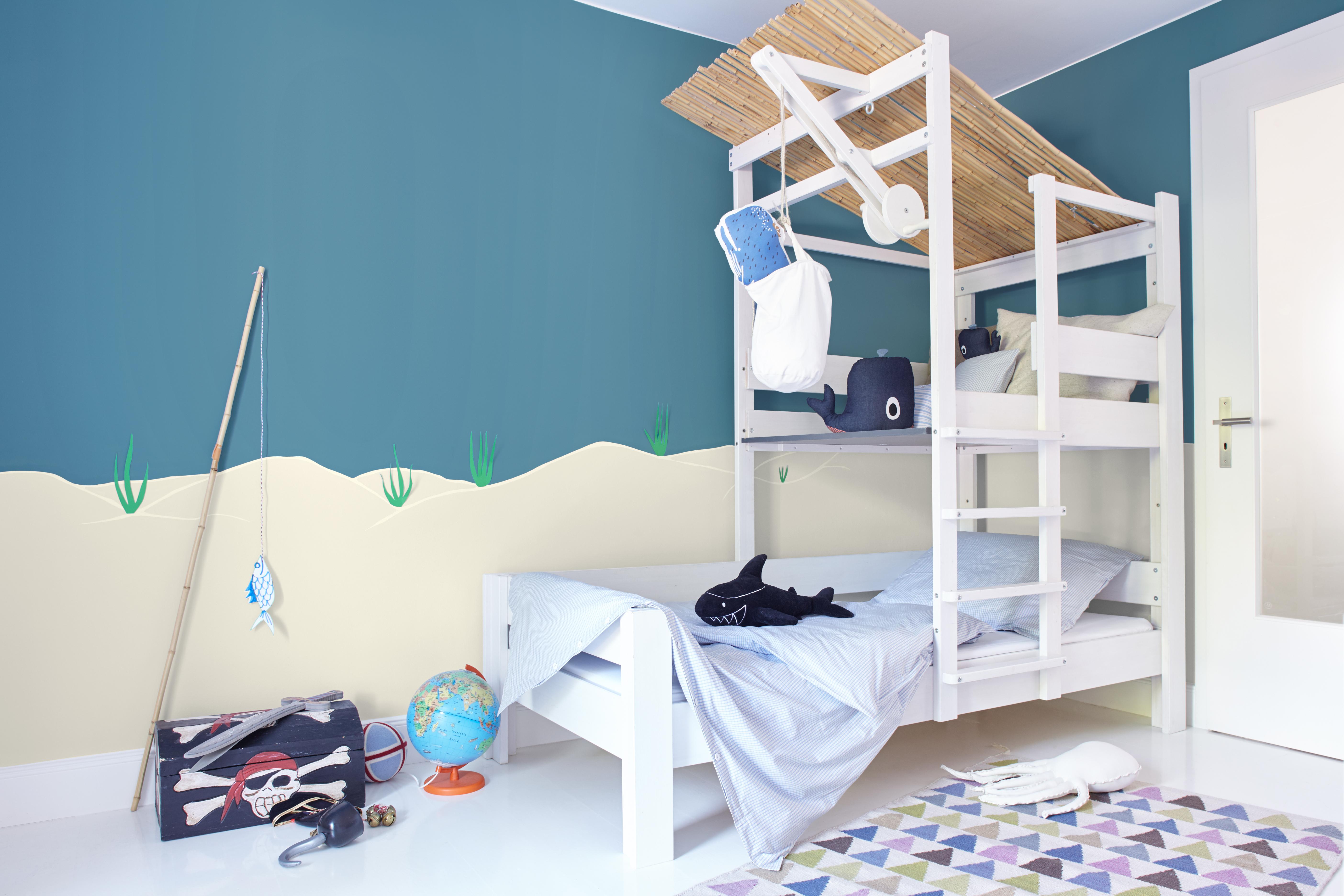 Modernes Jungen Kinderzimmer In Weiß Und Blau Mit Fisch Und Piraten Thema  Mit Alpina Farbenfreunde Farbe