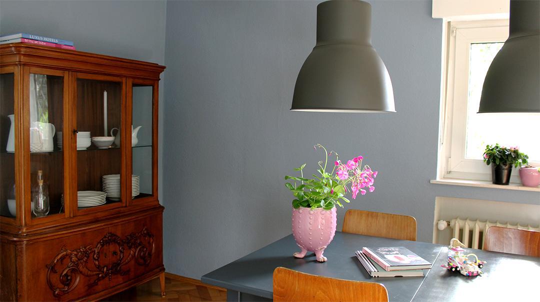 Perfekt In Dem Glänzenden Lack Bricht Sich Das Blau Grau Der Wand Und Manchmal,  Wenn Das Licht Günstig Fällt, Wirkt Beides Fast Gleichfarbig.
